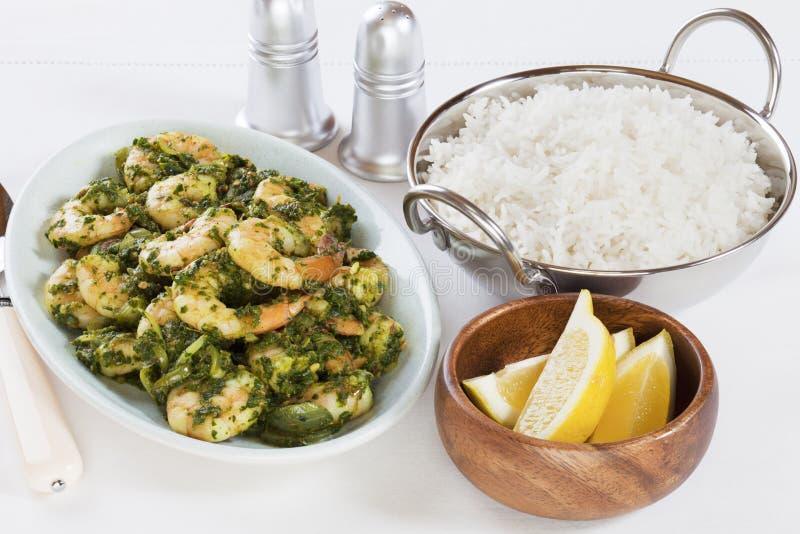 Curry indio de Saag de la gamba con el arroz Basmati imagen de archivo libre de regalías