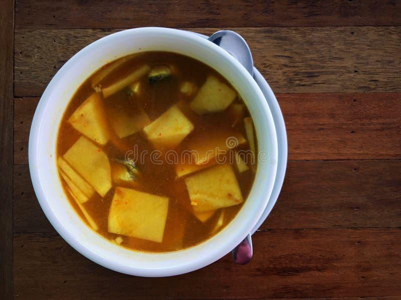 Curry jaune aigre épicé du sud de la Thaïlande avec jeunes pousses de coco et bar de mer photographie stock libre de droits