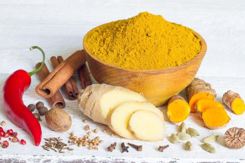 Curry masala altes Rezept der indischen Gewürzpulver-Bestandteile auf weißen Brettern lizenzfreies stockbild