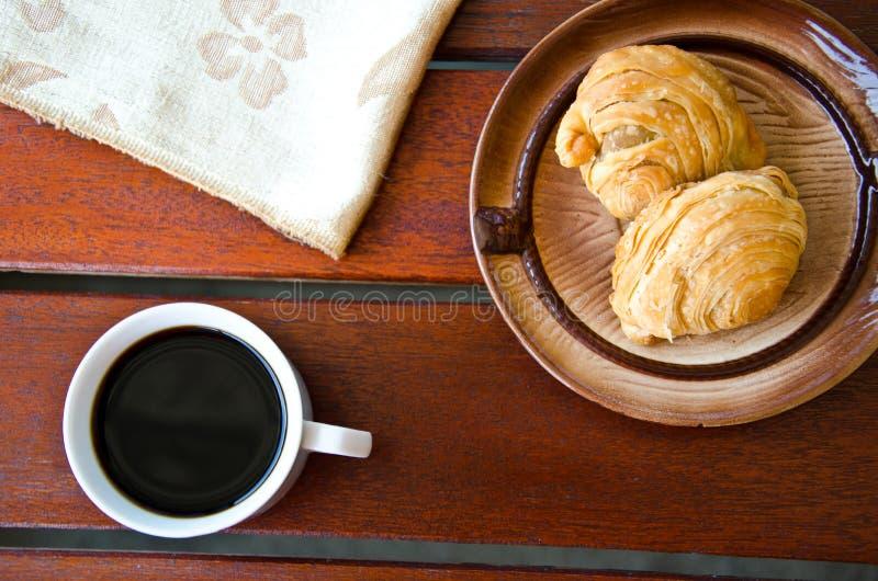 Curry ptysiowa i czarna kawa zdjęcia royalty free