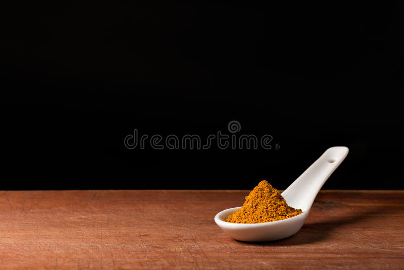 Curry-Pulver auf Löffel stockfoto