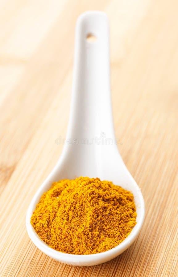 Curry-Pulver im Löffel stockfotos