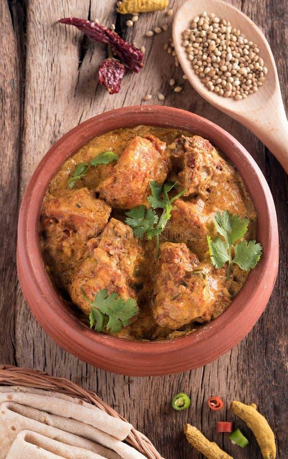 Curry sabroso del pollo de la mantequilla en la tabla de madera imagenes de archivo