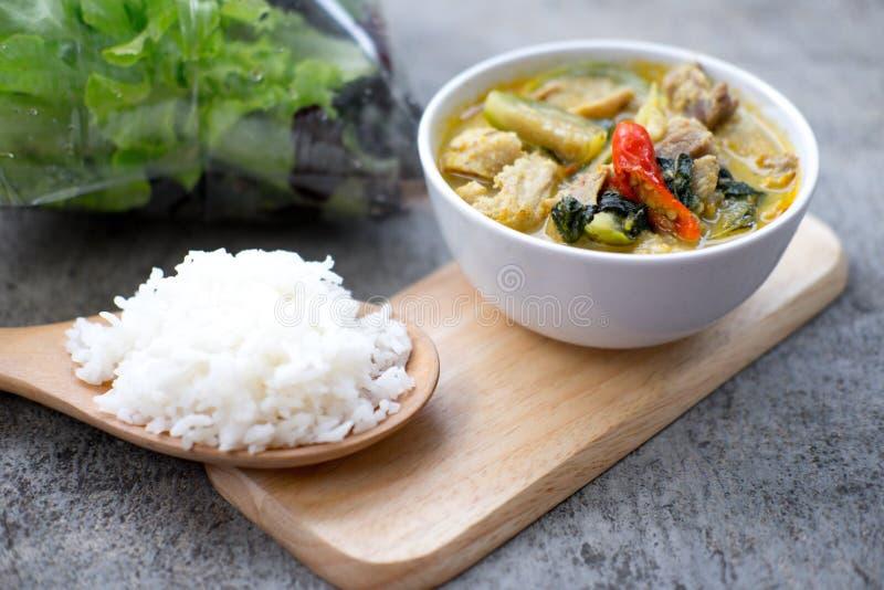 Curry tailandese di verde del pollo con riso fotografie stock
