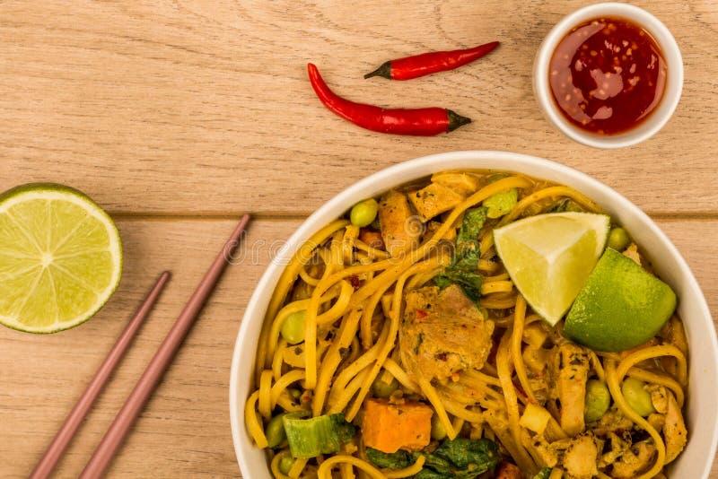 Curry tailandese giallo del pollo di stile con le tagliatelle e le patate dolci fotografia stock libera da diritti