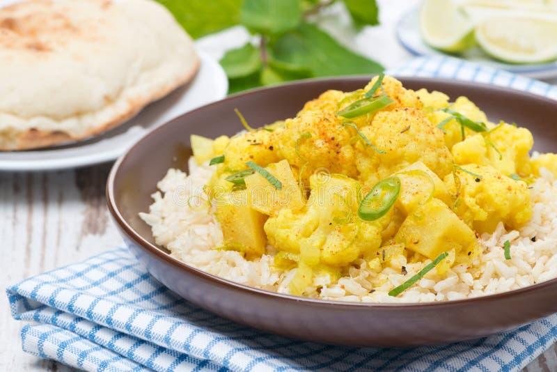 Curry vegetal con la coliflor y el arroz fotos de archivo libres de regalías