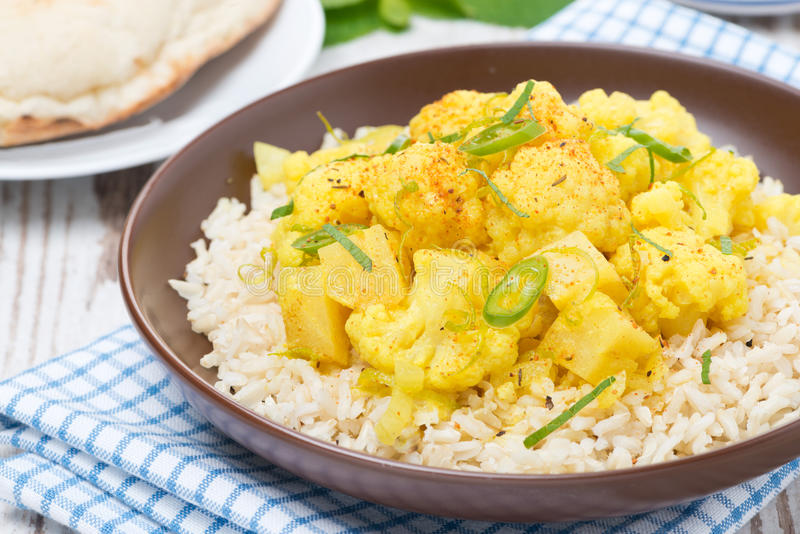 Curry vegetal con la coliflor y el arroz en la placa fotografía de archivo libre de regalías