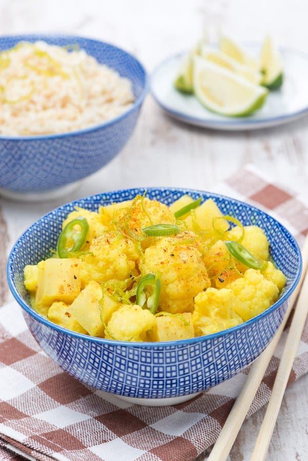 Curry vegetal tailandés con la cal, los chiles y la menta foto de archivo