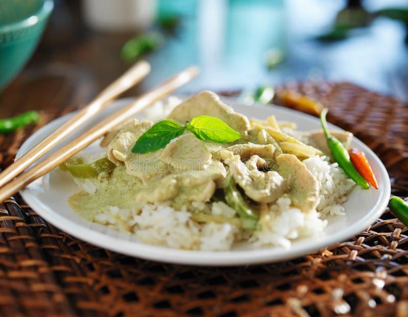 Curry verde tailandese con il pollo immagine stock