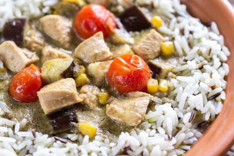 Curry verde tailandese del pollo con la miscela di zizzania bianca e fotografia stock libera da diritti