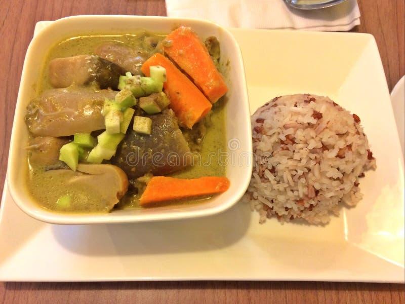 Curry verde tailandese del pollo e riso marrone e bianco misto fotografie stock