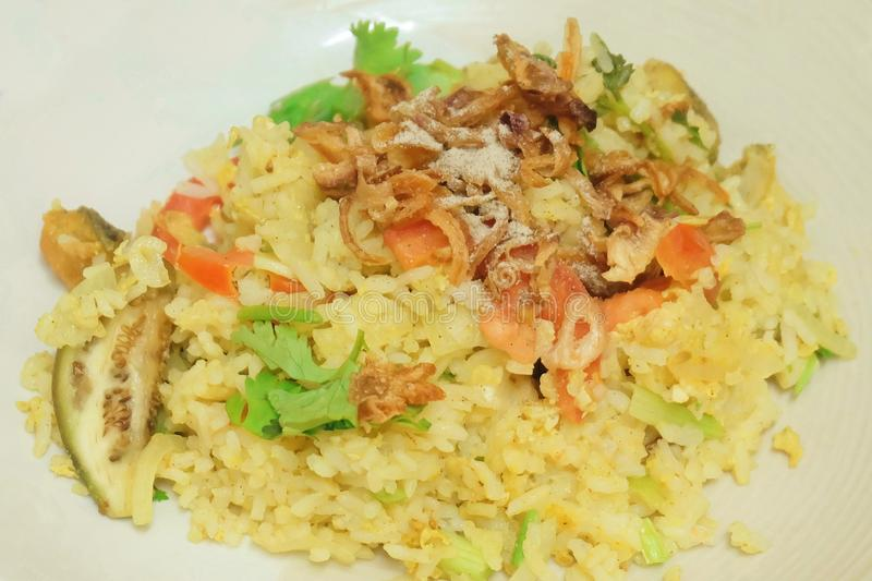 Curry verde tailandese Fried Rice con il pesce fotografie stock