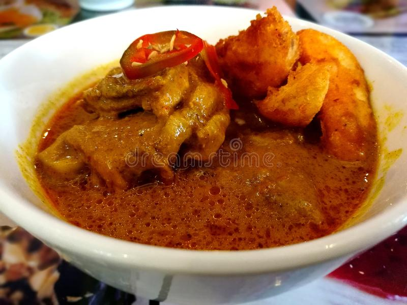 Curryhuhn mit Kartoffel stockfotos