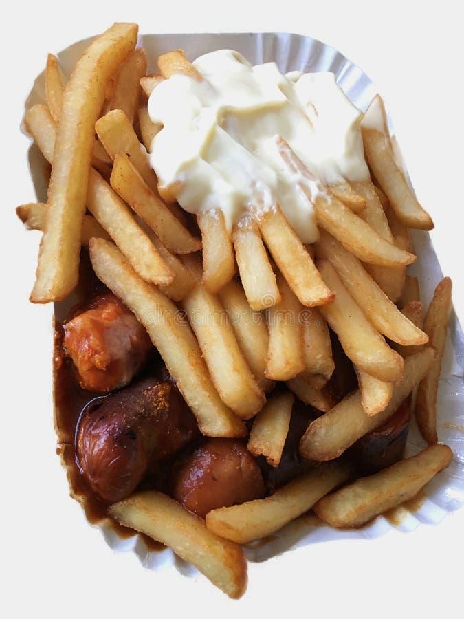 Currywurst y Pommes en el fondo blanco: Salchicha alemana famosa del curry de los alimentos de preparación rápida con las patatas imágenes de archivo libres de regalías