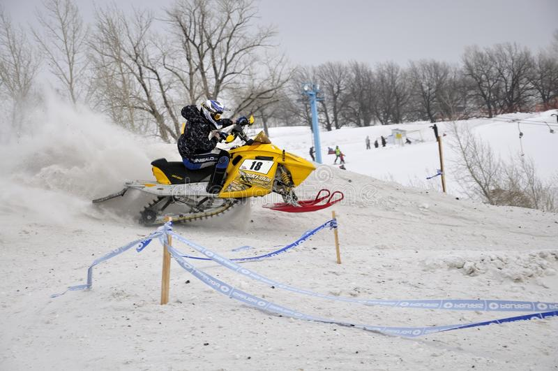 Curseur en travers de snowmobile rapidement photos libres de droits