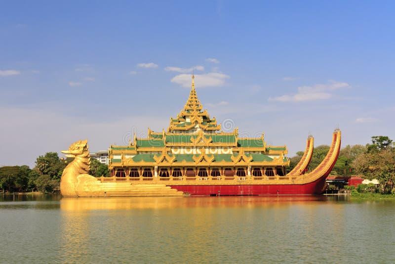 Curso Ásia: Palácio de Karaweik em Yangon, Myanmar fotografia de stock royalty free