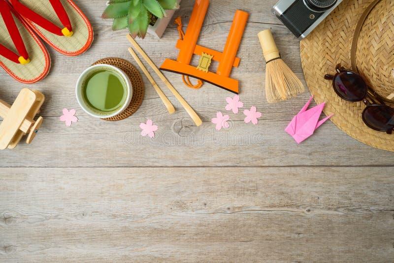 Curso ao conceito de Japão Conceito planejando das férias com objetos e lembranças do turismo na tabela de madeira imagens de stock royalty free