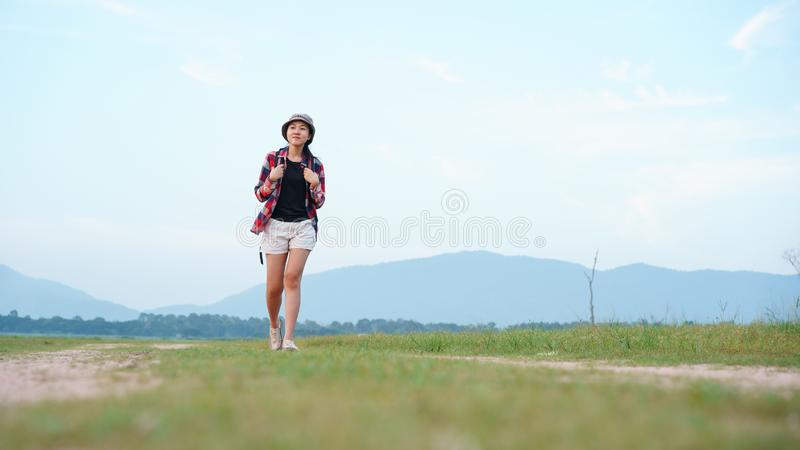 Curso asiático da caminhada da trouxa do turista da jovem mulher no turista da mulher da floresta da natureza que anda na naturez imagem de stock royalty free