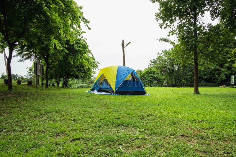 Curso, barracas de acampamento na estação das chuvas fotografia de stock royalty free