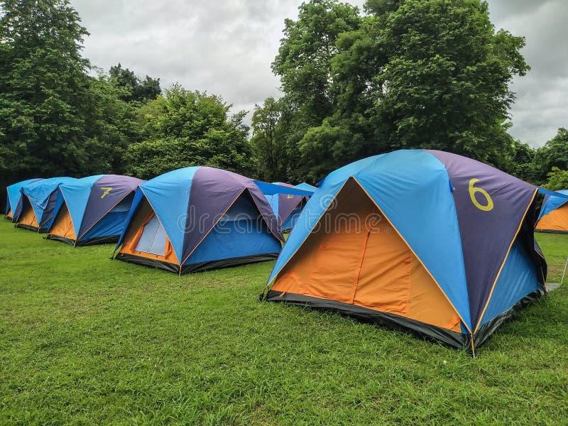 Curso, barracas de acampamento na estação das chuvas imagem de stock royalty free