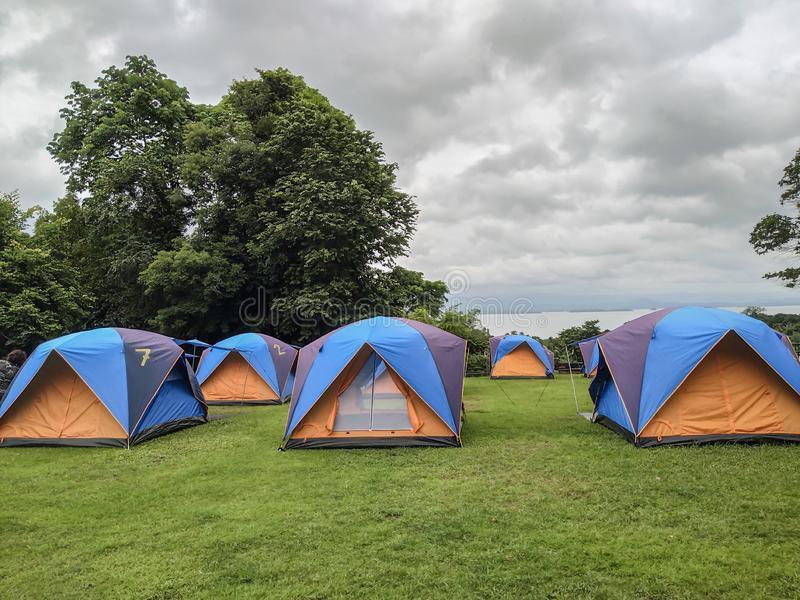 Curso, barracas de acampamento na estação das chuvas imagem de stock
