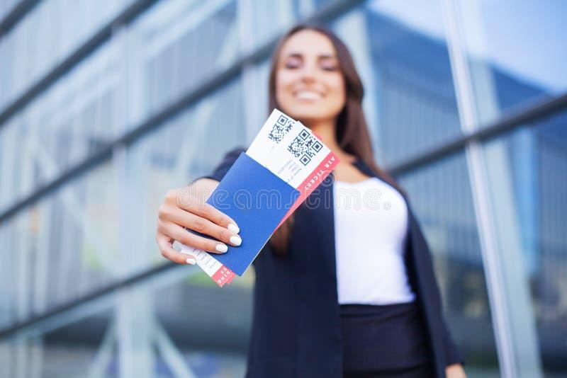 Curso Bilhete de ar da terra arrendada dois da mulher no exterior no passaporte perto do aeroporto imagem de stock royalty free
