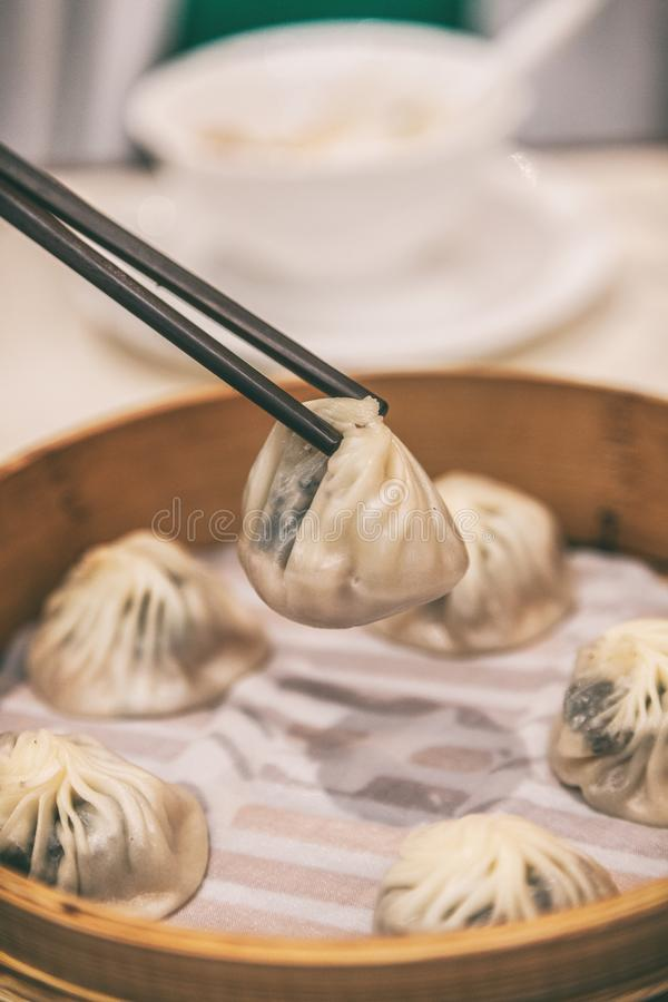 Curso cozinhado de Ásia da bolinha de massa da sopa do bao comer xiao do restaurante bolinhas de massa longas chinesas Estilo de  fotos de stock