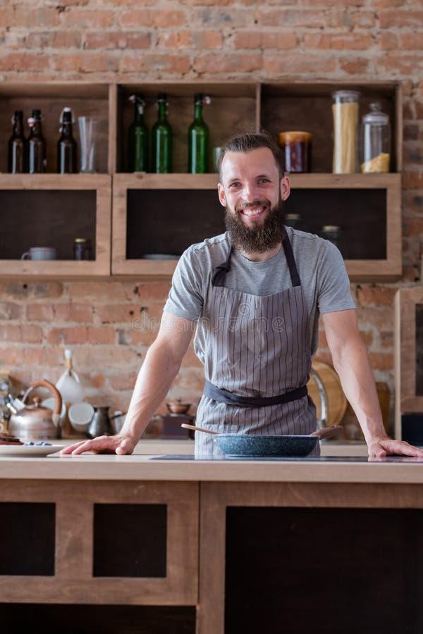 Curso culinario que cocina la cocina del hombre de la clase de entrenamiento foto de archivo