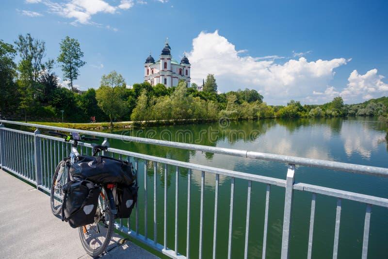 Curso da bicicleta perto do churc de Stadl Paura Lambach, Áustria foto de stock