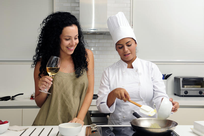 Curso da cozinha: cozinhando o risotto fotografia de stock