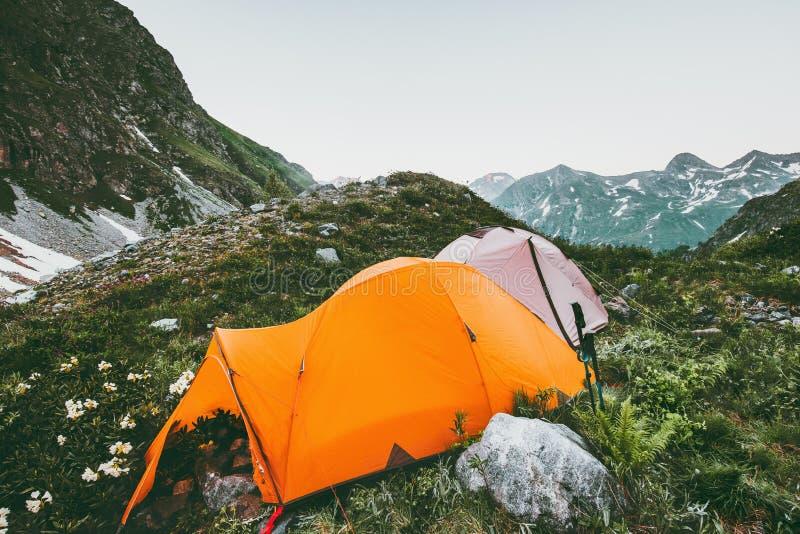 Curso da paisagem das montanhas e das barracas de acampamento foto de stock royalty free