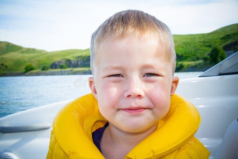 Curso das crianças na água no barco foto de stock