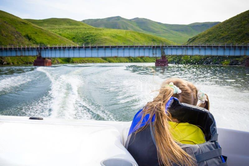 Curso das crianças na água no barco imagem de stock