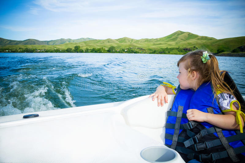 Curso das crianças na água no barco imagens de stock royalty free