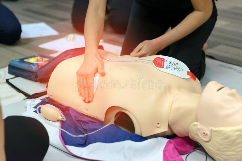 Curso de la resucitación cardiopulmonar de los primeros auxilios usando el entrenamiento del AED fotografía de archivo
