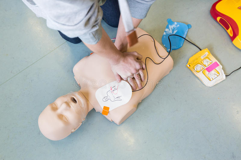 Curso de la resucitación de los primeros auxilios usando el AED fotos de archivo libres de regalías