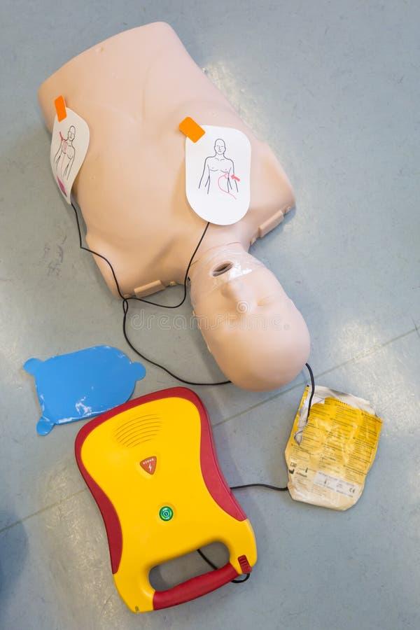 Curso de la resucitación de los primeros auxilios usando el AED imágenes de archivo libres de regalías
