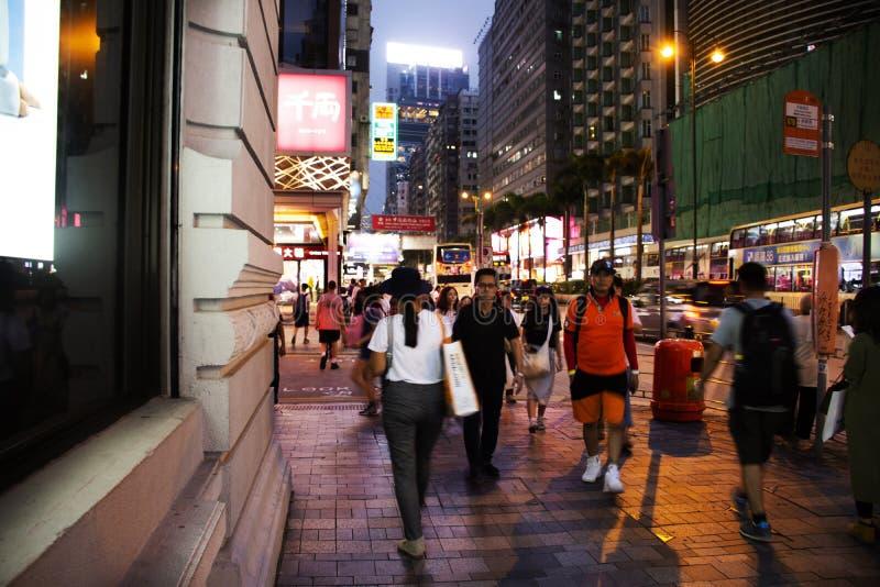 Curso de passeio dos povos e compra na cidade de Tsim Sha Tsui na ilha de Kowloon em Hong Kong, China foto de stock royalty free