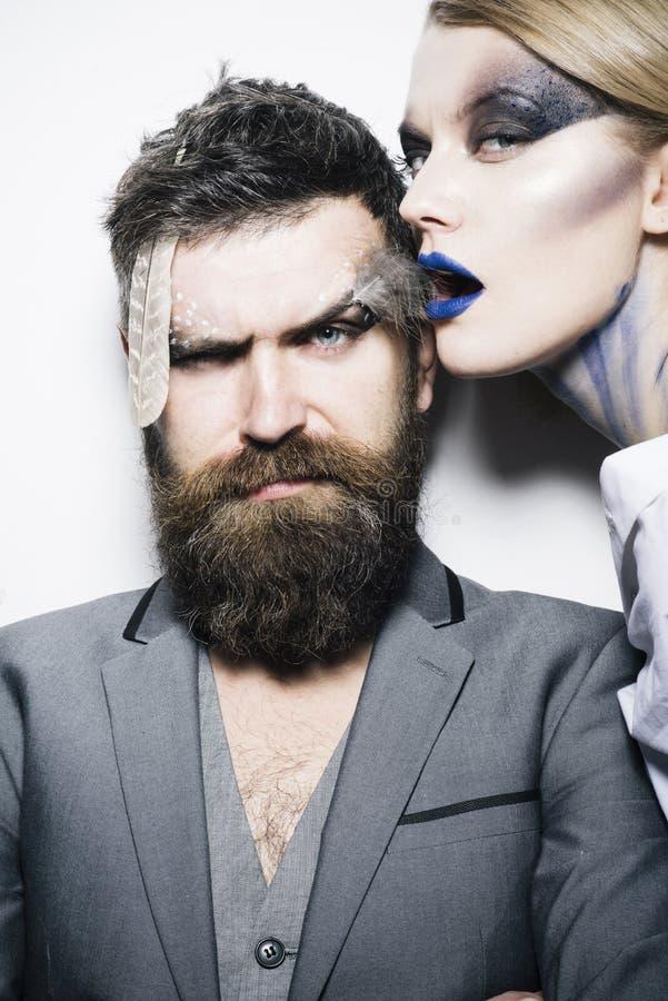 Curso del rostro Mujer sensual y hombre barbudo con el maquillaje creativo, curso del rostro Curso del rostro del maquillaje prof fotografía de archivo