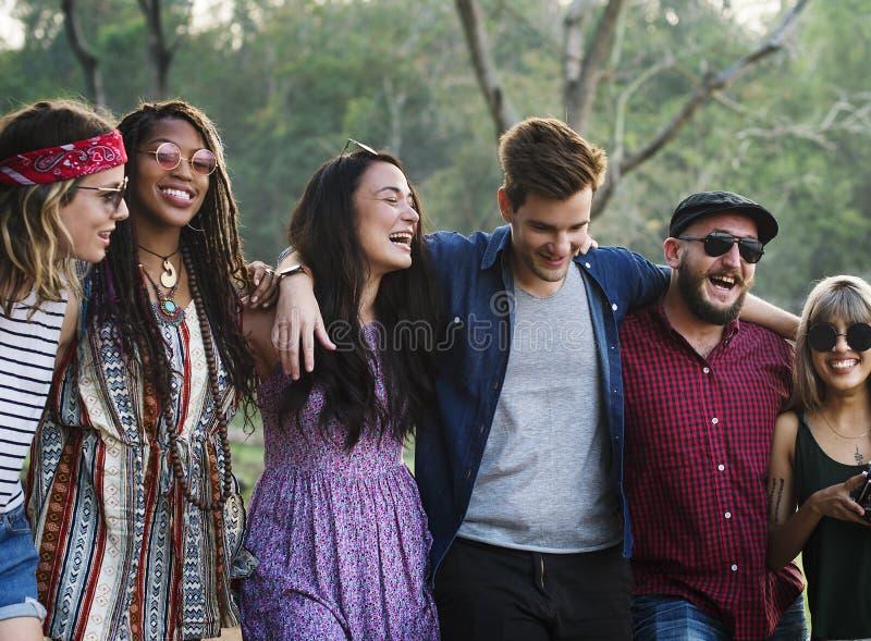 Curso diverso dos amigos na viagem por estrada junto fotografia de stock royalty free