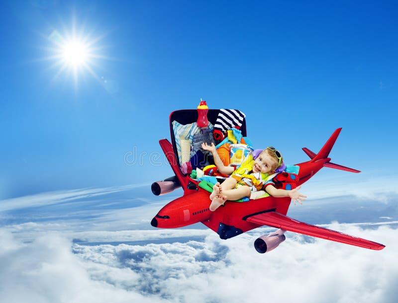Curso do avião, mala de viagem embalada criança do bebê, plano do voo da criança imagem de stock