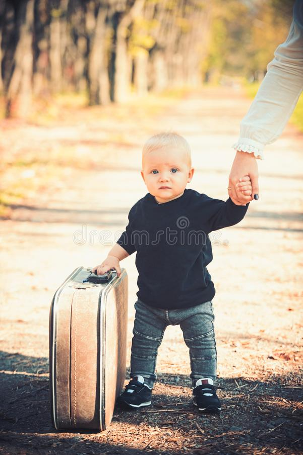 Curso do bebê em férias com mala de viagem Criança com feriado embalado da bagagem, da família e da criança fotos de stock royalty free