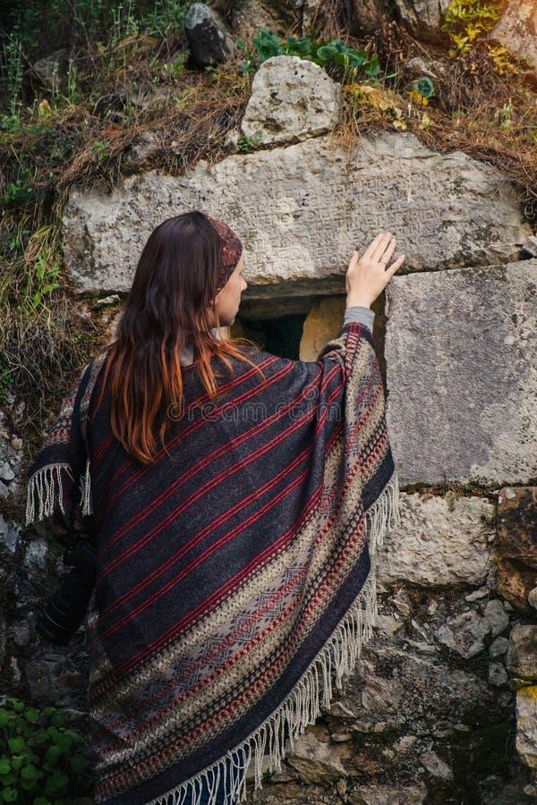 Curso do fotógrafo em Turquia e para explorar ruínas de Olympos fotos de stock