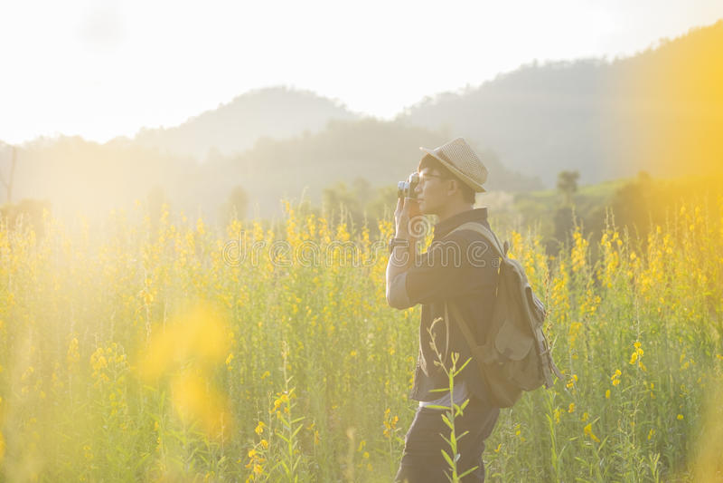 Curso do fotógrafo para tomar a foto da natureza exterior foto de stock