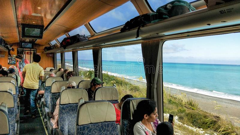 Curso do trem de Kiwi Rail Scenic ao longo da costa de Kaikora foto de stock