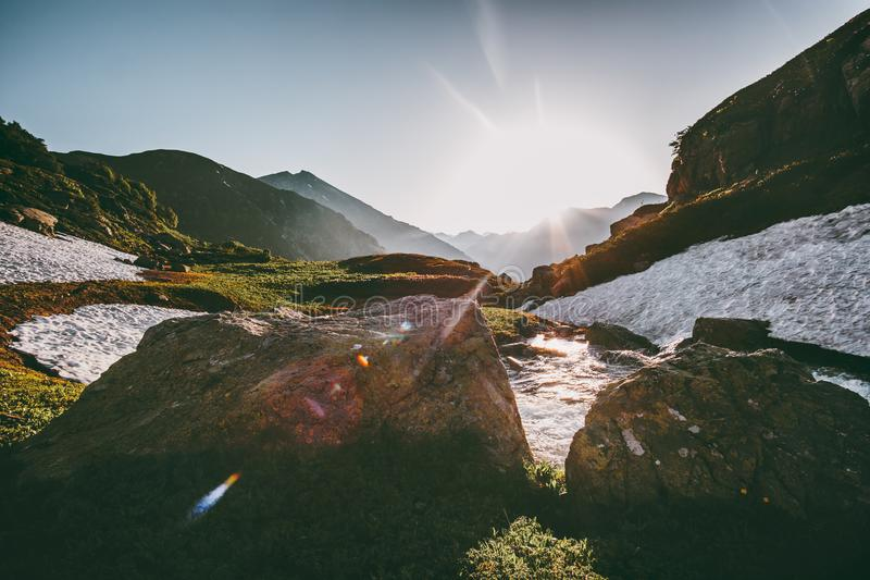 Curso do verão da paisagem das montanhas da luz do sol da manhã imagens de stock