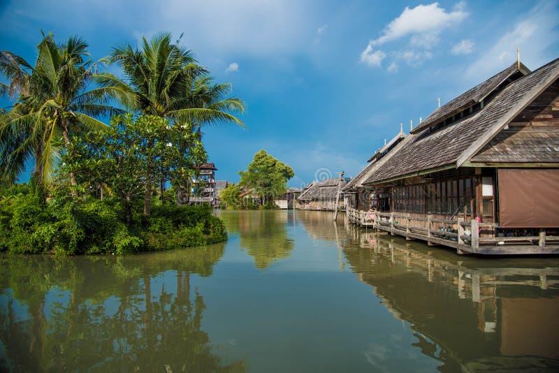 Curso e compra em regiões de flutuação do mercado quatro de Pattaya fotos de stock