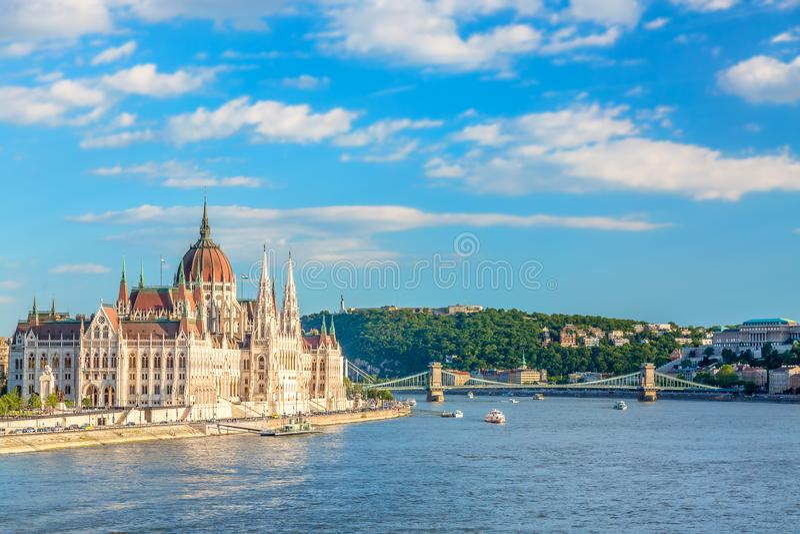 Curso e conceito europeu do turismo O parlamento e beira-rio em Budapest Hungria com os navios sightseeing durante o dia ensolara imagens de stock