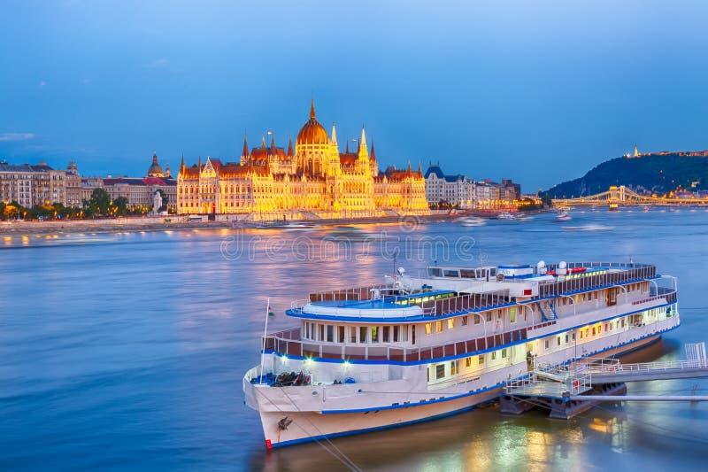 Curso e conceito europeu do turismo O parlamento e beira-rio em Budapest Hungria com durante por do sol azul da hora fotos de stock royalty free