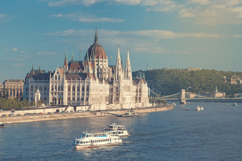 Curso e conceito europeu do turismo O parlamento e beira-rio em Budapest Hungria com os navios sightseeing durante o dia de verão fotos de stock royalty free